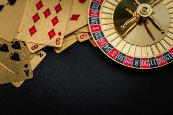 Rulettipyörä ja kortteja